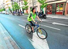 Ciclista por centro carril de la calzada en Gran Vía (Granada)