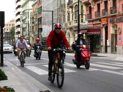 Ciclistas en Gran Vía (ecomovilidad.net)